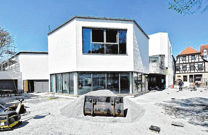Weiß statt Weinrot: Das Bürgerhaus mit neuer Fassade von der Ostseite aus gesehen. Bild: Dietmar Funck