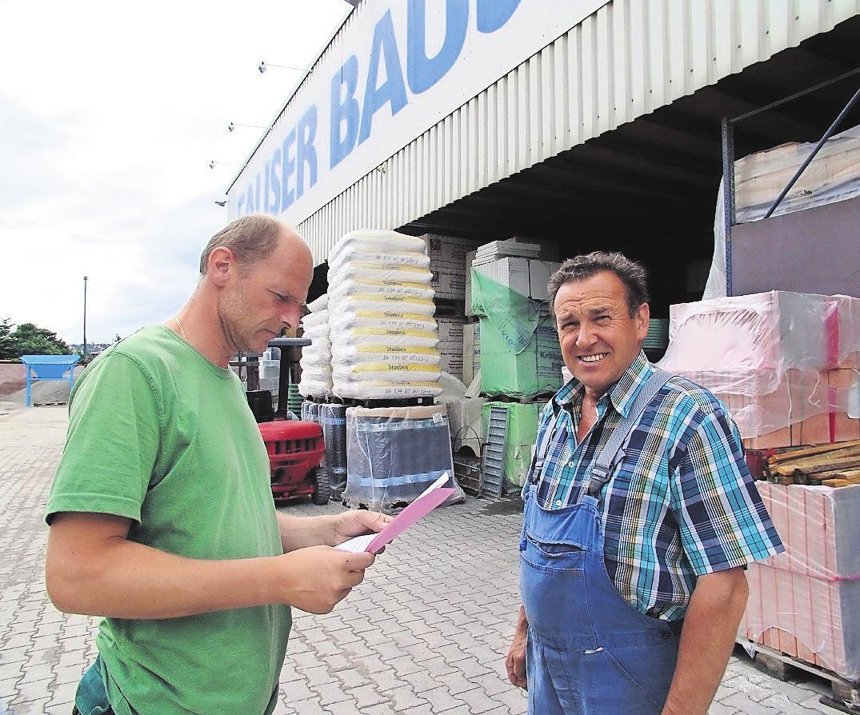Inhaber Karl Fauser (rechts) berät die Kunden persönlich. Foto: z