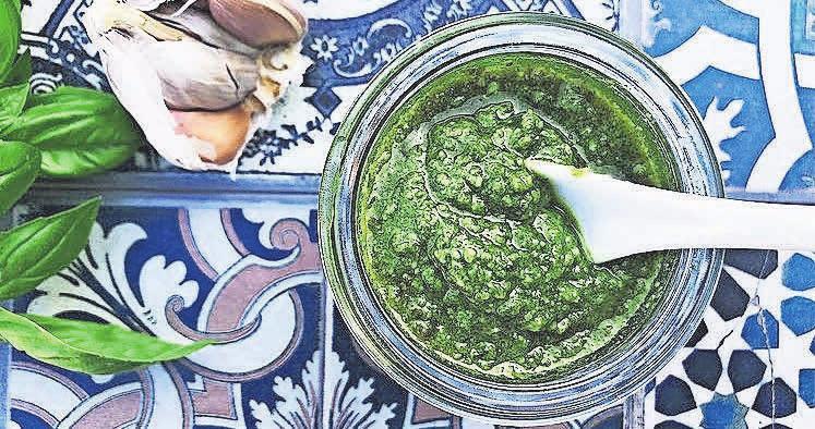 Pesto kann schnell zubereitet werden und wird oft zu Pasta serviert. Es schmeckt auch zu Fleisch, Fisch, in Suppen, Salaten, als Brotaufstrich und im Dessert. Foto: Tanja Piepho
