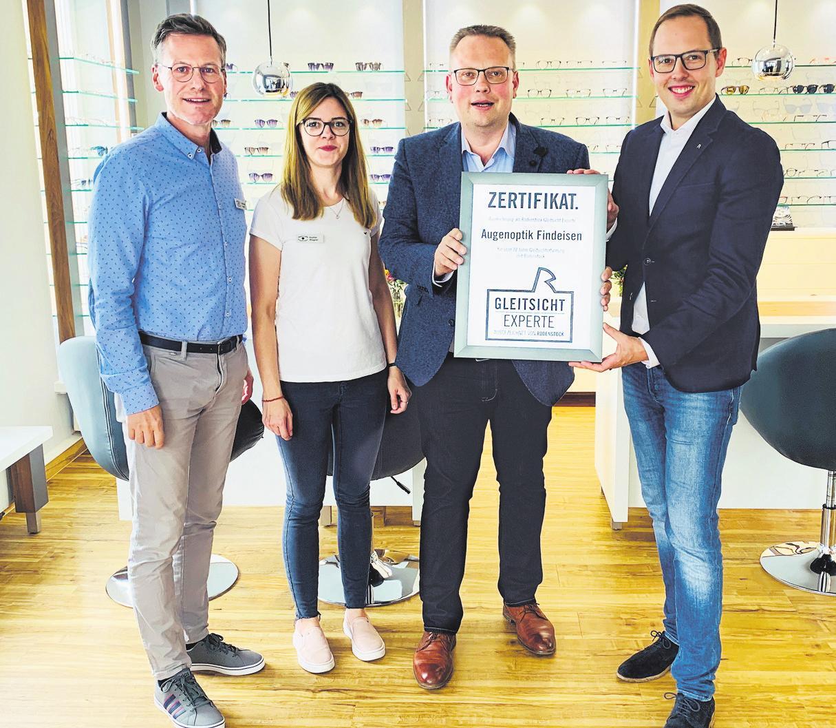 GLEITSICHT-EXPERTEN: Tim Findeisen und sein Team mit Zertifikat. Foto: Augenoptik Findeisen