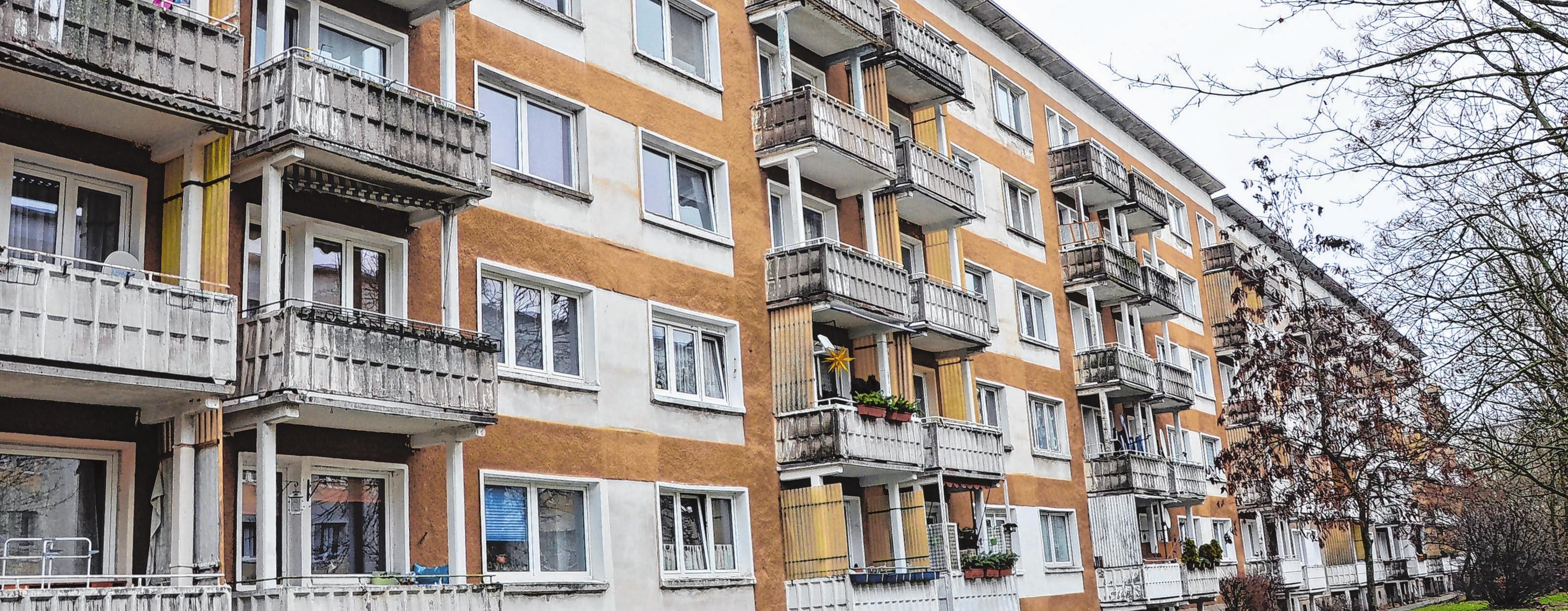 Der Außenbereich, die Eingänge und die Fassade auf beiden Seiten des Wohnblocks in der Artur-Becker-Straße wirken derzeit etwas trostlos, doch ab März soll sich das ändern. Auch die Balkone werden erneuert, ebenso wie die Grünanlage.