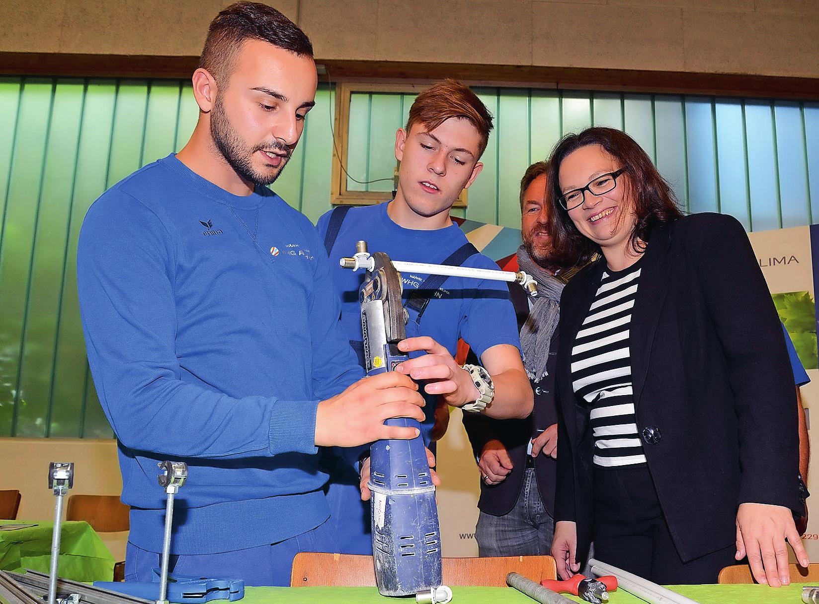 Hohen Besuch gab es 2015 von der Bundesarbeitsministerin Andrea Nahles, die sich hier am Stand der WHG Rahn Montagetricks erläutern lässt. ARCHIVFOTO: BUCHHOLZ