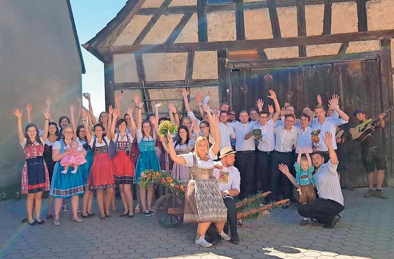 Hoch die Hände – Kirwawochenende! Spätestens wenn am Samstagnachmittag der Kirwabaum steht, wird im Plecher Ortsteil Bernheck kräftig gefeiert. Foto: Kirchweihgesellschaft Bernheck