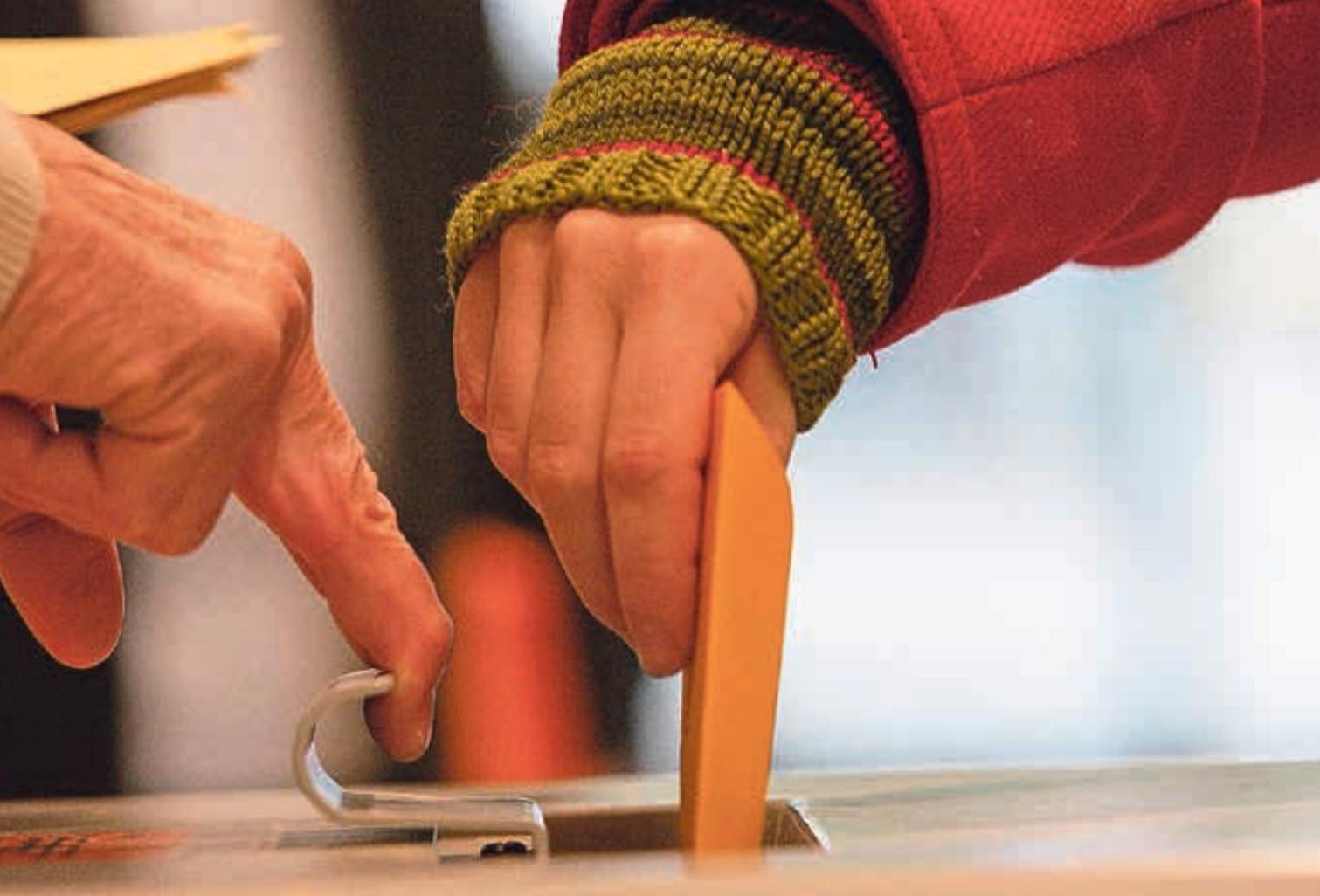 Die Wahlzettel korrekt ausgefüllt? Dann nichts wie los, in die Urne damit! Bild: AZ-Archiv