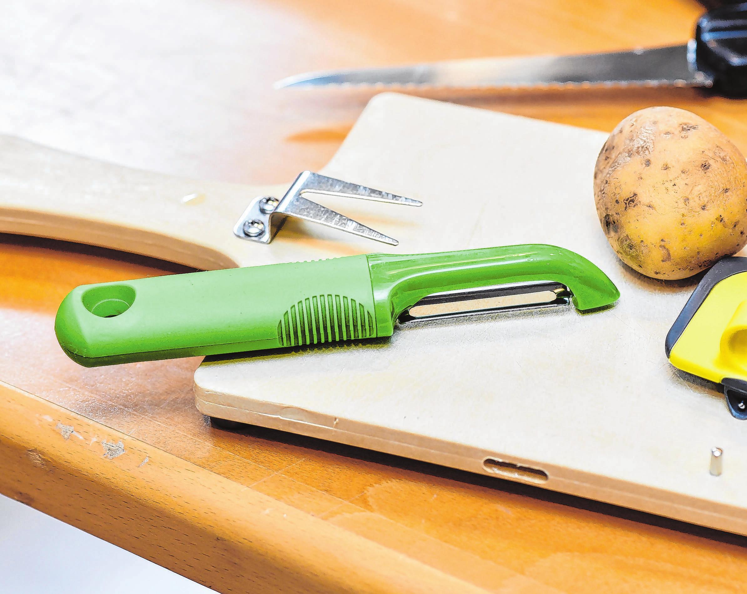 Damit das Pellen der Kartoffel unfallfrei gelingt, leisten Schälhilfen gute Dienste.