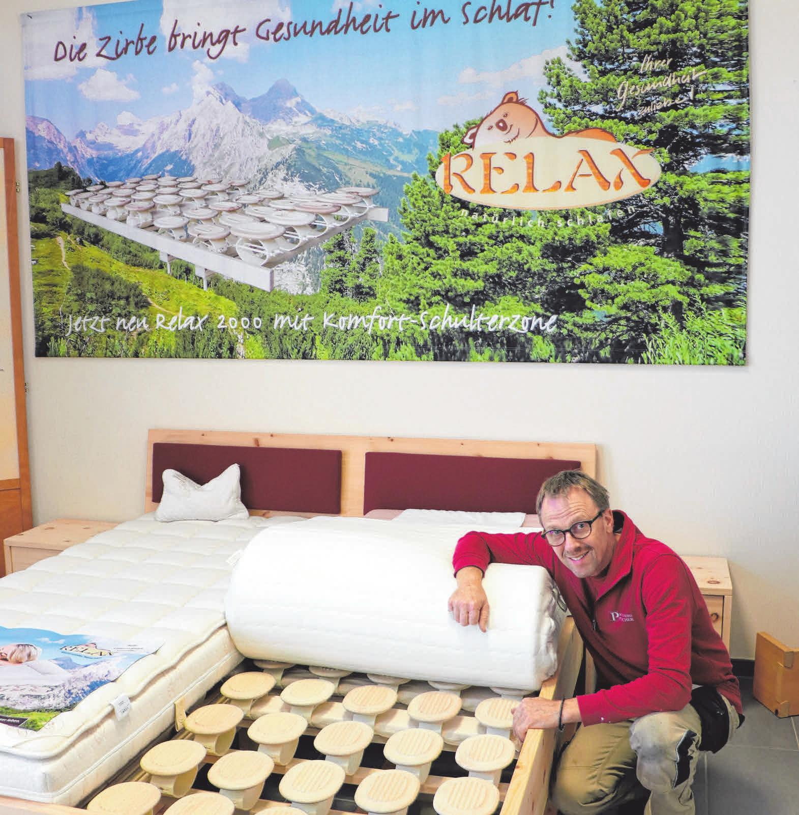 Heinz Plocher präsentiert das Schlafsystem Relax 2000. Der Tellerrost unterstützt die Wirbelsäule optimal. FOTO: LAR