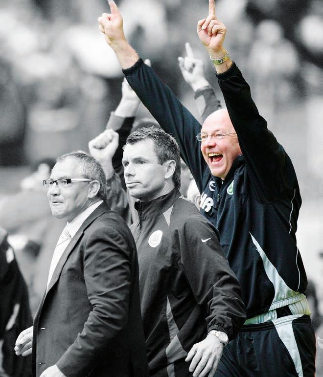 Ganz viel Grund zum Jubeln: Heribert Rüttger mit Felix Magath (links) und dessen Co-Trainer Bernd Hollerbach in der Meistersaison 2008/09.