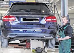 Maximilian Arndt wechselt die Reifen an einem Privat-Pkw.