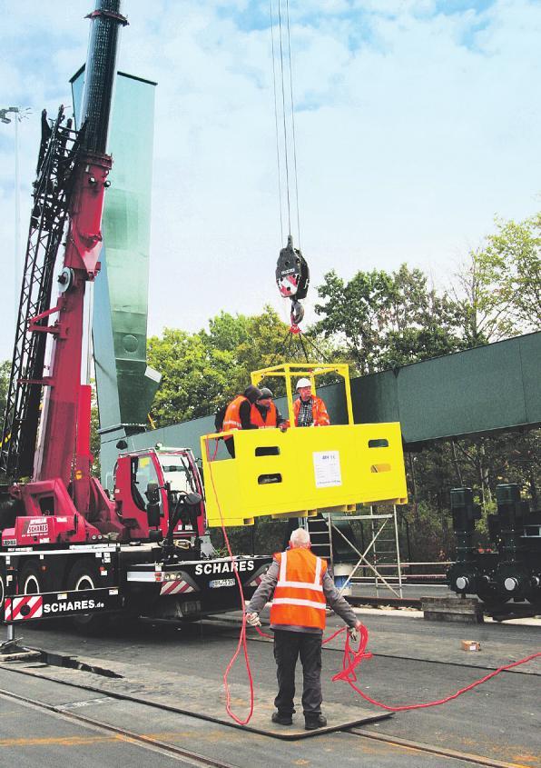 Der Autokran hob eine Gondel mit Facharbeitern in die Luft, die den Giganten montierten. Bild: Lorenz