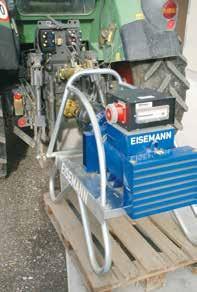Der 30 kW Zapfwellengenerator wird an den Schlepper angehängt.