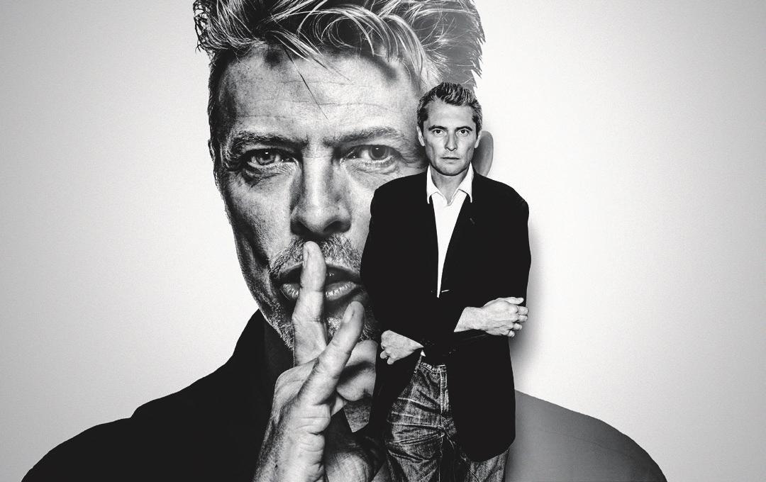 Gavin Evans vor seinem Shh-Porträt von David Bowie. Foto: Gavin Evans