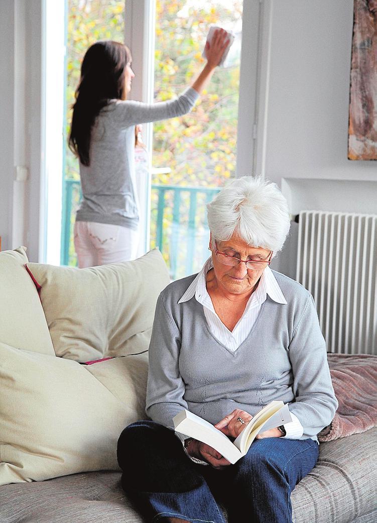 Haushaltshilfe für Senioren: Entlastung in den eigenen vier Wänden. FOTO: MAURITIUS IMAGES/PANTHER MEDIA GMBH/ALAMY RF/DVAG