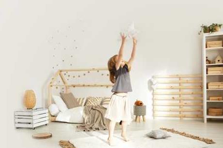 Das Bett als Spielhöhle, viel Weiß und Holz strahlen Gemütlichkeit aus. FOTOS: Katarzyna Bialasiewicz / Getty Images (2)