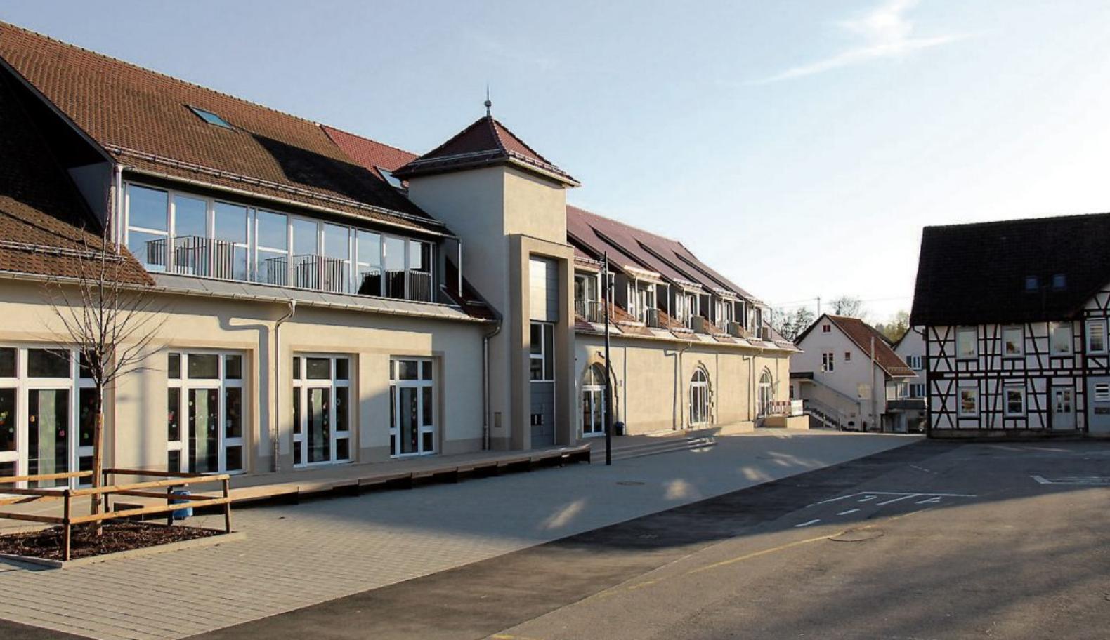 Früher Feuerwehrmagazin, jetzt befinden sich im Erdgeschoss und im ersten Obergeschoss rechts vom Turm Schulräume, im Obergeschoss links vom Turm ist der Festsaal. Bilder: Architektur-Atelier R13/Wolfgang Neichel (3) / Dagmar Hedder Landschaftsarchitektur (1)
