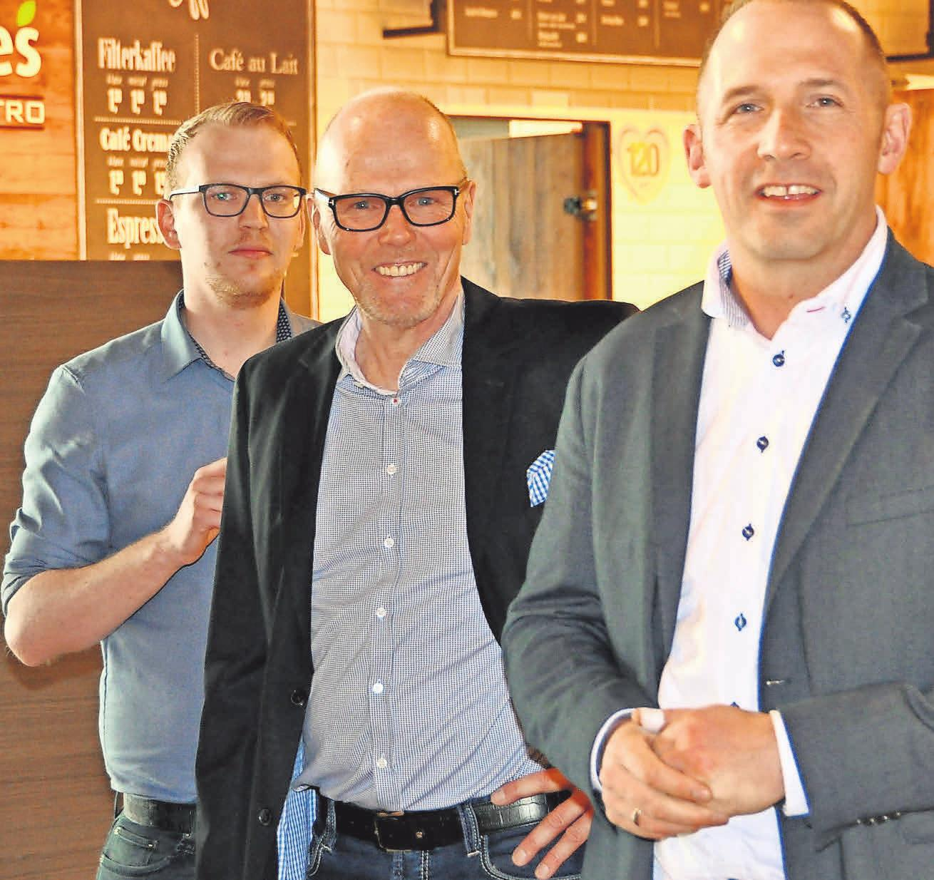 Stefan Ladage (Mitte), der Prokurist Steffen Döring und Philipp Ladage, der Sohn des Inhabers, bedanken sich für den großartigen Einsatz ihres Teams, aber auch für das Vertrauen ihrer Kunden