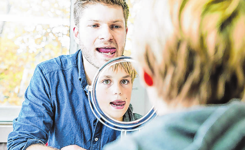 Zungenübungen gehören zur Therapie einer Störung der Muskulatur im Mund-Gesichtsbereich. Foto: J. Tepass/bdl