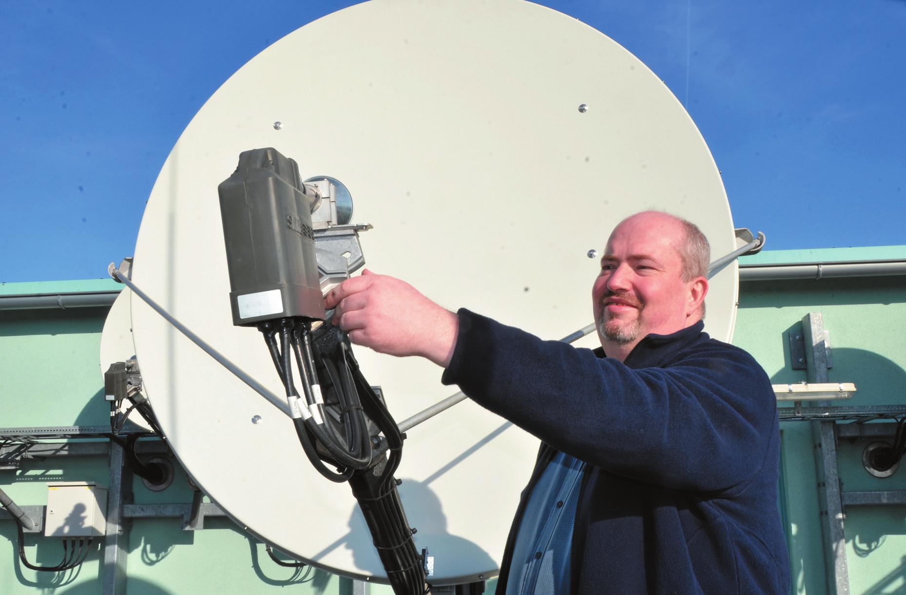 Malte Kock ist der Herr über die Satellitenschüsseln. Er sorgt für Programmvielfalt auf den Fernsehschirmen. Die Satellitenschüsseln empfangen 450 TV- und mehr als 190 Radioprogramme aus der ganzen Welt. Im Angebot sind auch Programme auf Bosnisch, Koreanisch oder Englisch. FOTO: FRANK KNITTERMEIER (2)