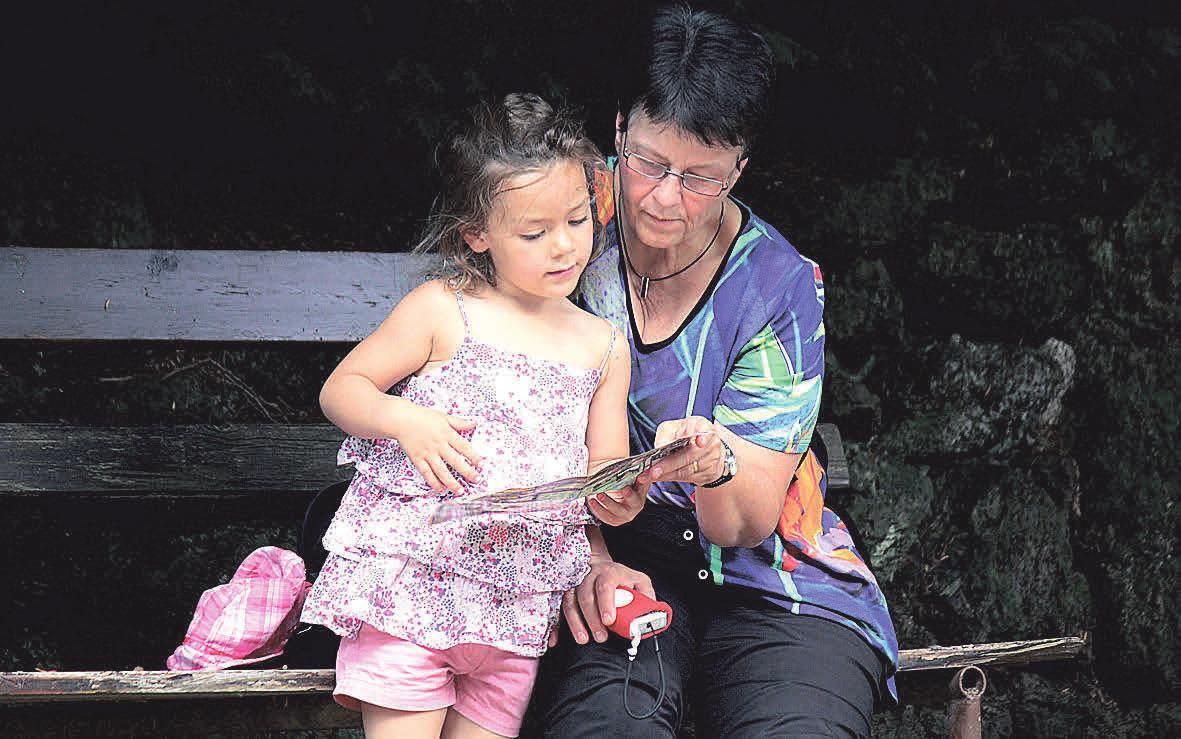 Nicht selten eröffnen Kinderbetreuungsdienste die Möglichkeit für ältere Menschen, sich mit Kindern auseinanderzusetzen und so eine Verbindung zwischen den Generationen herzustellen.