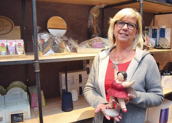 Maren Scheel zeigt ihren Kunden gern, welche Accessoires sie für Badezimmer anbietet Foto: Klein