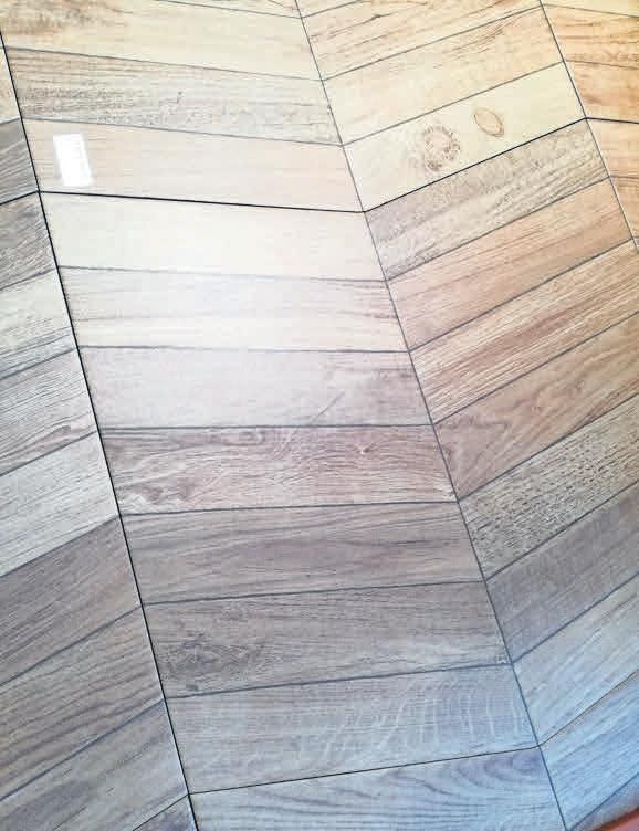 Vom Holz bekannte Muster wie Fischgrät sind ebenfalls möglich. Foto: Porcelanosa