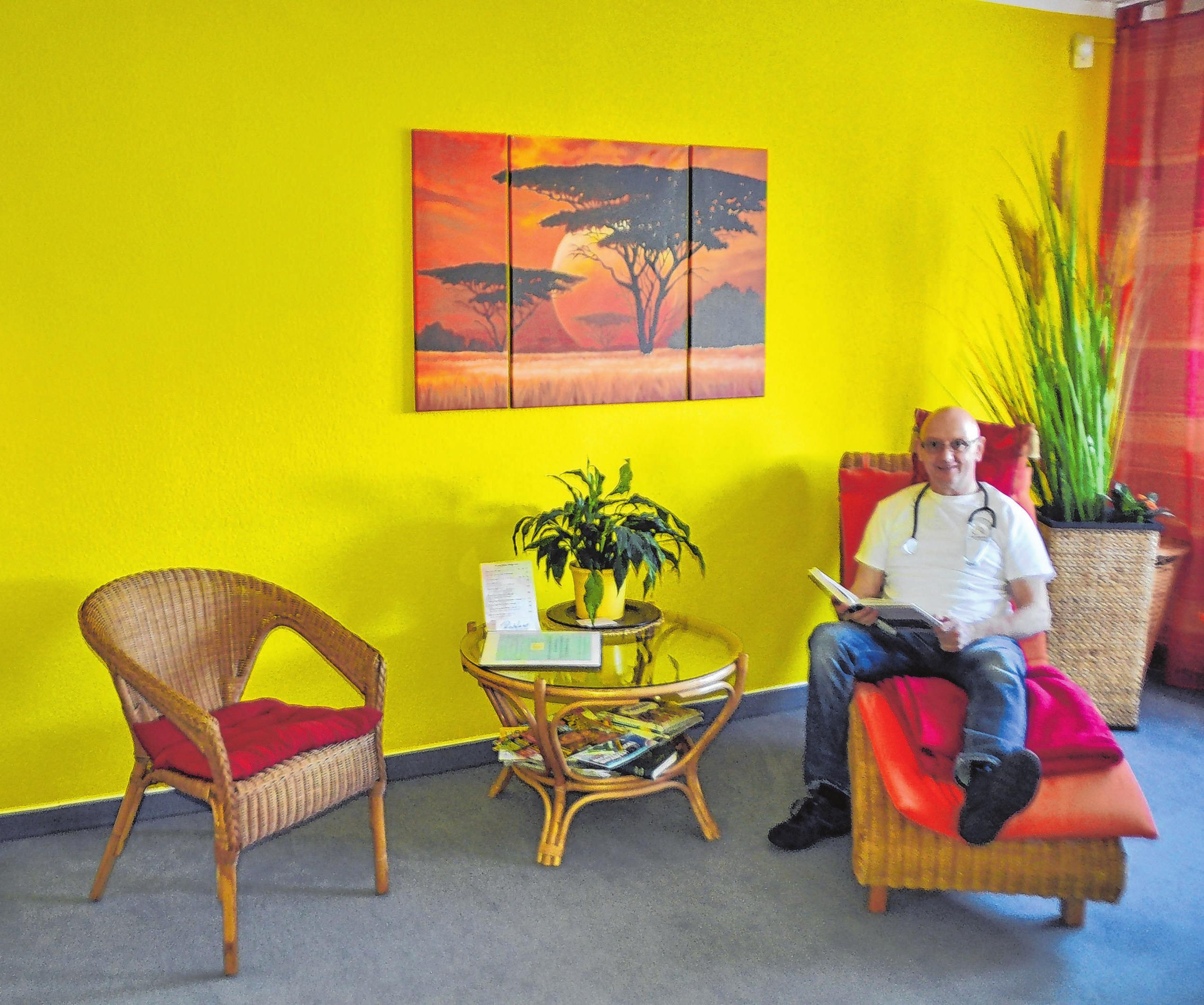 Auf der gemütlichen Liege hat Heilpraktiker Thomas Gruhn nur für das Foto Platz genommen, die Sitzgelegenheit ist natürlich für die Besucher gedacht. Freundliche Farben und passende Ausstattung sorgen für eine Wohlfühlatmosphäre. Fotos: Sabine Uy