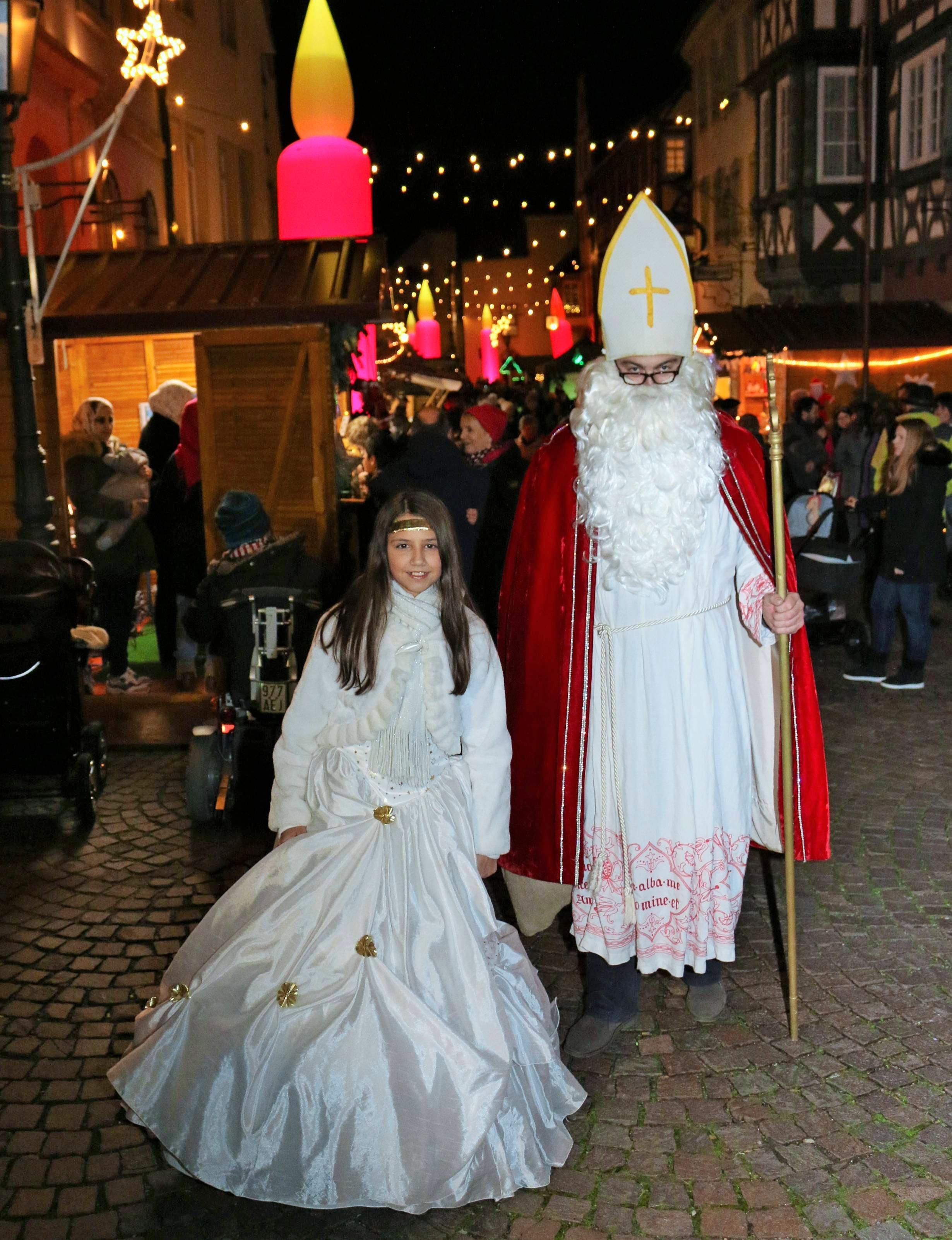 Zahlreiche Weihnachtsmärkte boten im nördlichen Landkreis Heilbronn Gelegenheit, sich auf die bevorstehenden Festtage einzustimmen. Nikolaus und Christkind wandelten über den Gundelsheimer Weihnachtsmarkt.