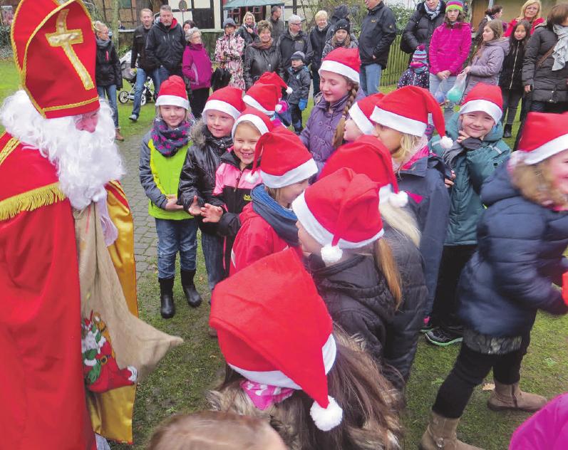 Der Nikolaus hält für die kleinen Besucher einige Überraschungen bereit. Photowerk