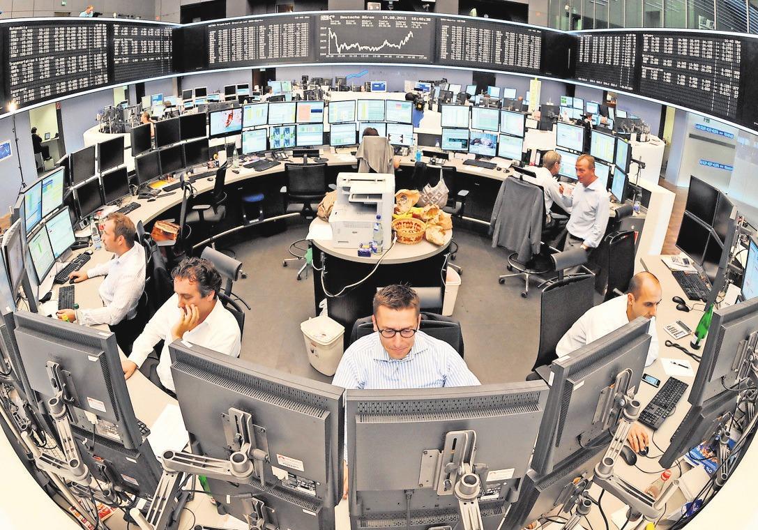 Börsen-Makler haben die Finanzmärkte im Blick. Eine ausführliche Beratung von Fachleuten ist vor der Geldanlage wichtig. FOTO: DPA