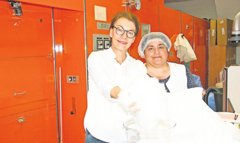 Welge-Inhaberin Regina Rosenbaum und Kostadinka Sulek in der Bettfedernreinigung.