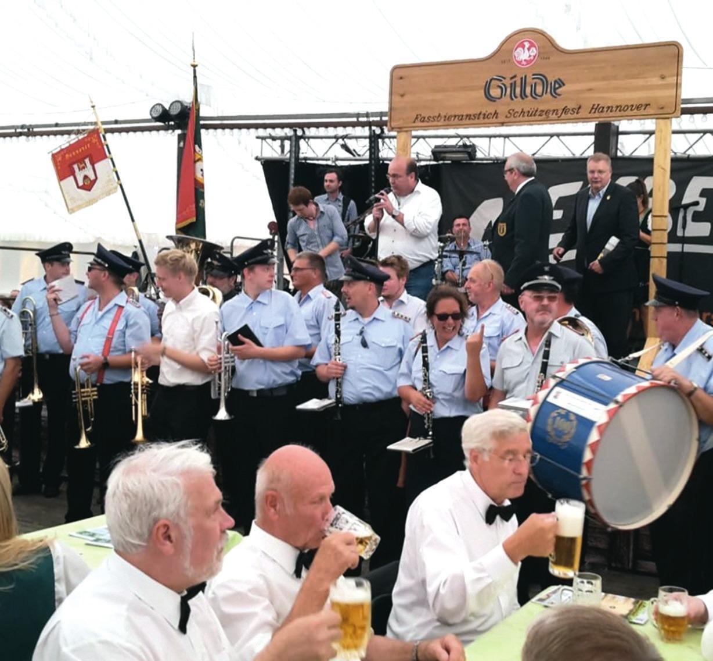 Alexander Kottke, Hans Macke und Karl-Heinrich Belte schmeckt auch das hannöversche Bier.
