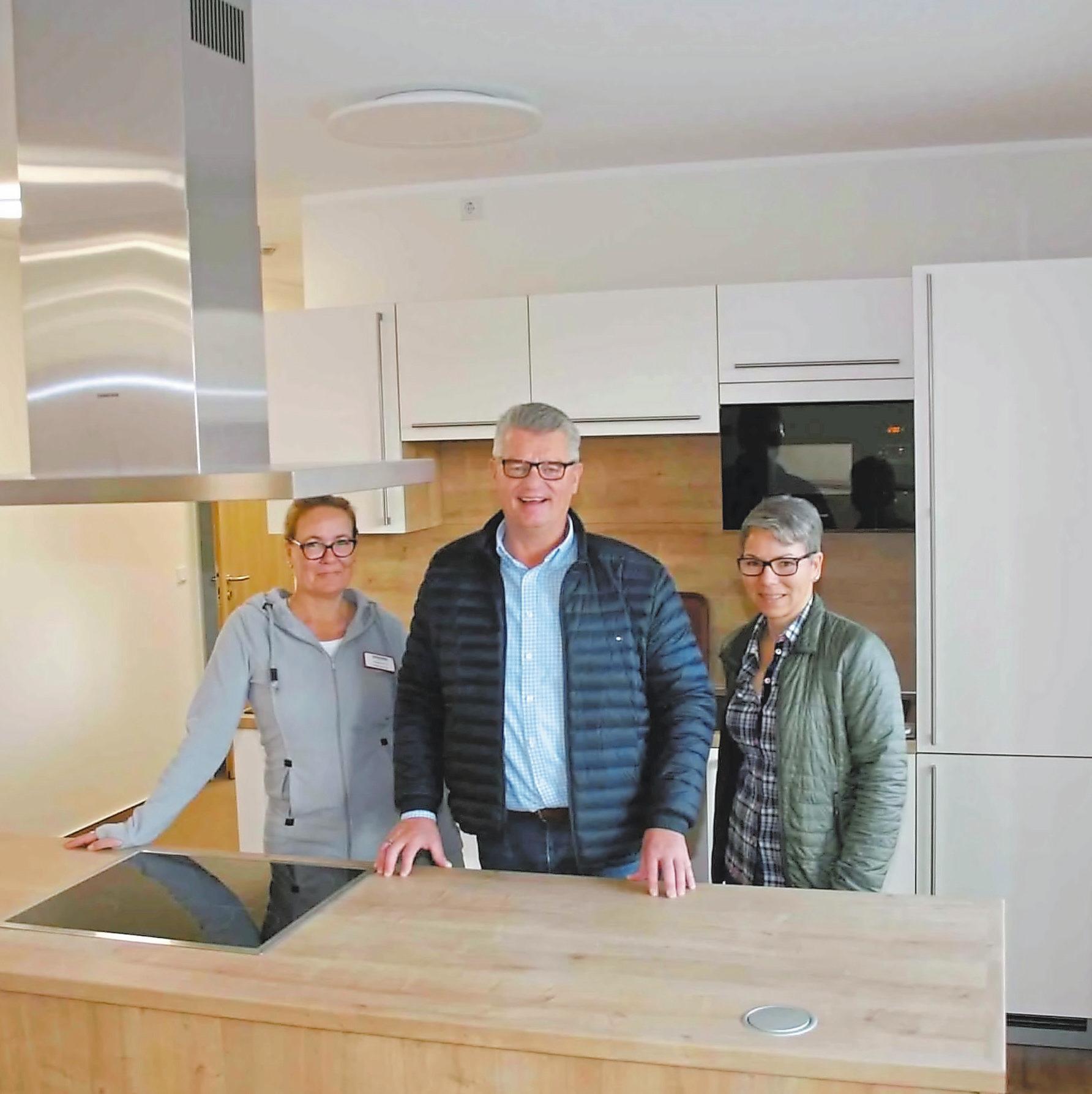 Christiana Reich, Michael Kamp und Andrea Wollenhöfer (v. l.) präsentieren am Samstag die neu errichtete Anlage.. Fotos: Peter Schniederjürgen