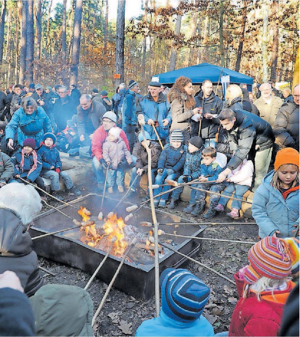 Anziehungspunkt für Menschen aus der ganzen Region: der Weihnachtswaldbasar mit Stockbrot vom Grill. ARCHIVFOTO: LENZ