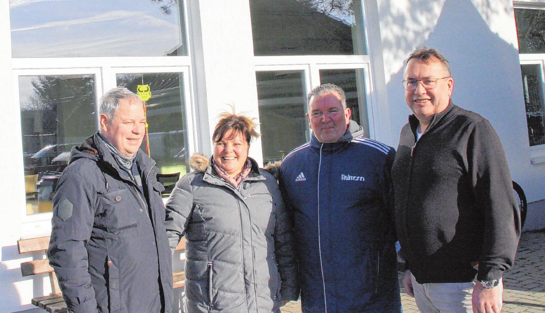 Vor dem Vereinsheim (v.li.) Michael Falk (Nachwuchsleiter), Milena Falk (Vorsitzende Nachwuchsförderverein), Hardy Reyer (Vorstand), Wilhelm Westerkamp (Vorstandsvorsitzender).