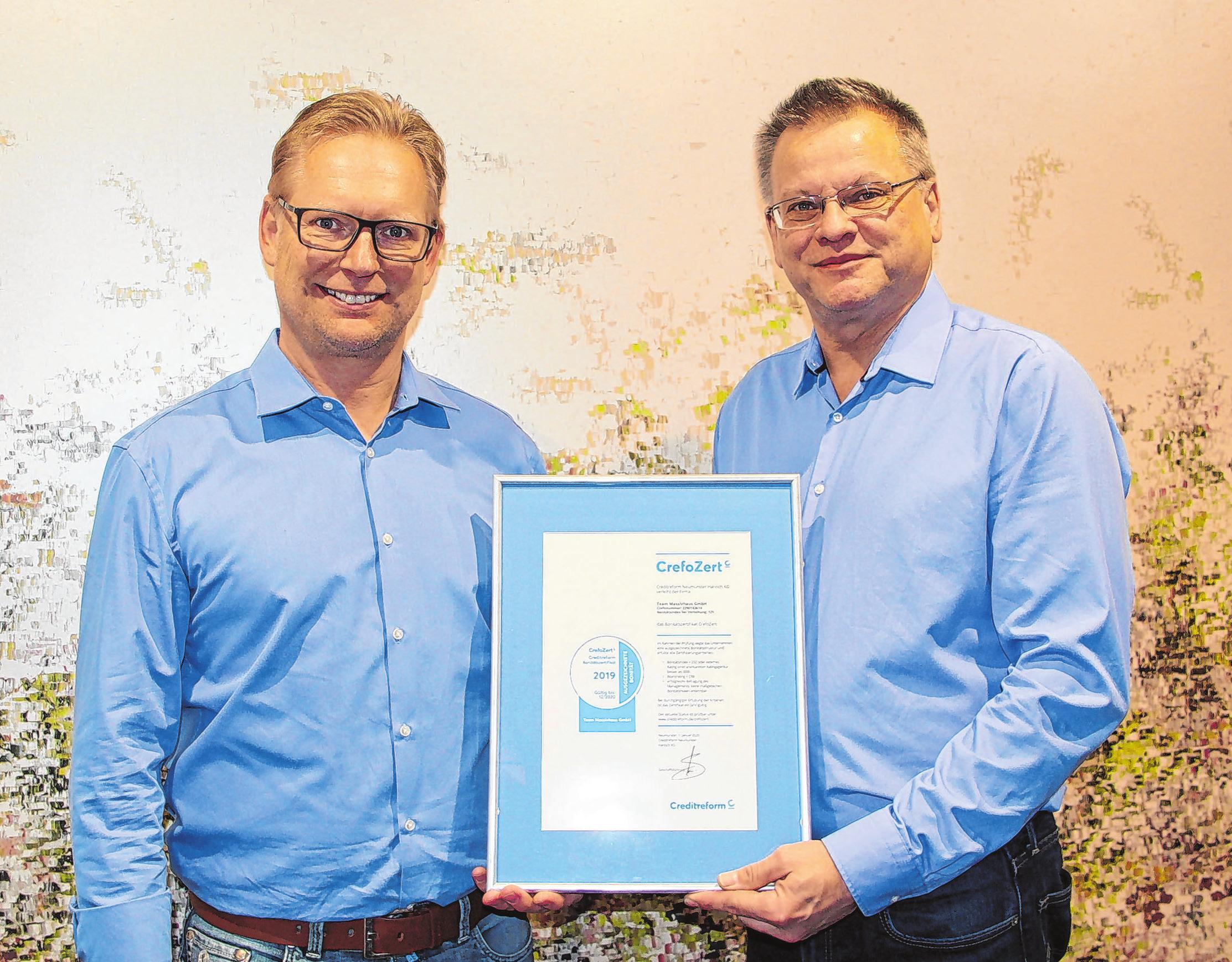 Zertifikatübergabe 2020: Christian Weis (rechts) von Creditreform präsentiert dem Geschäftsführer Heiko Krug (links) das neue Zertifikat. Foto: Wüstenhagen/dpa