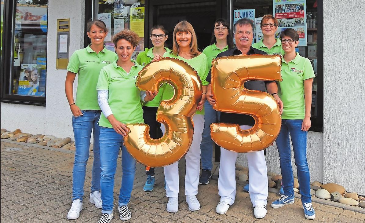 Das Team der Kurpfalz-Apotheke mit dem Gründer-Ehepaar Schmid (von links): Julia Remmele, Maria Kevriakidou, Caroline Eimer, Sylvia Schmid, Bianca Spieker, Rüdiger Schmid, Katja Walter und Marei Schlich. FOTO: CLEMENS
