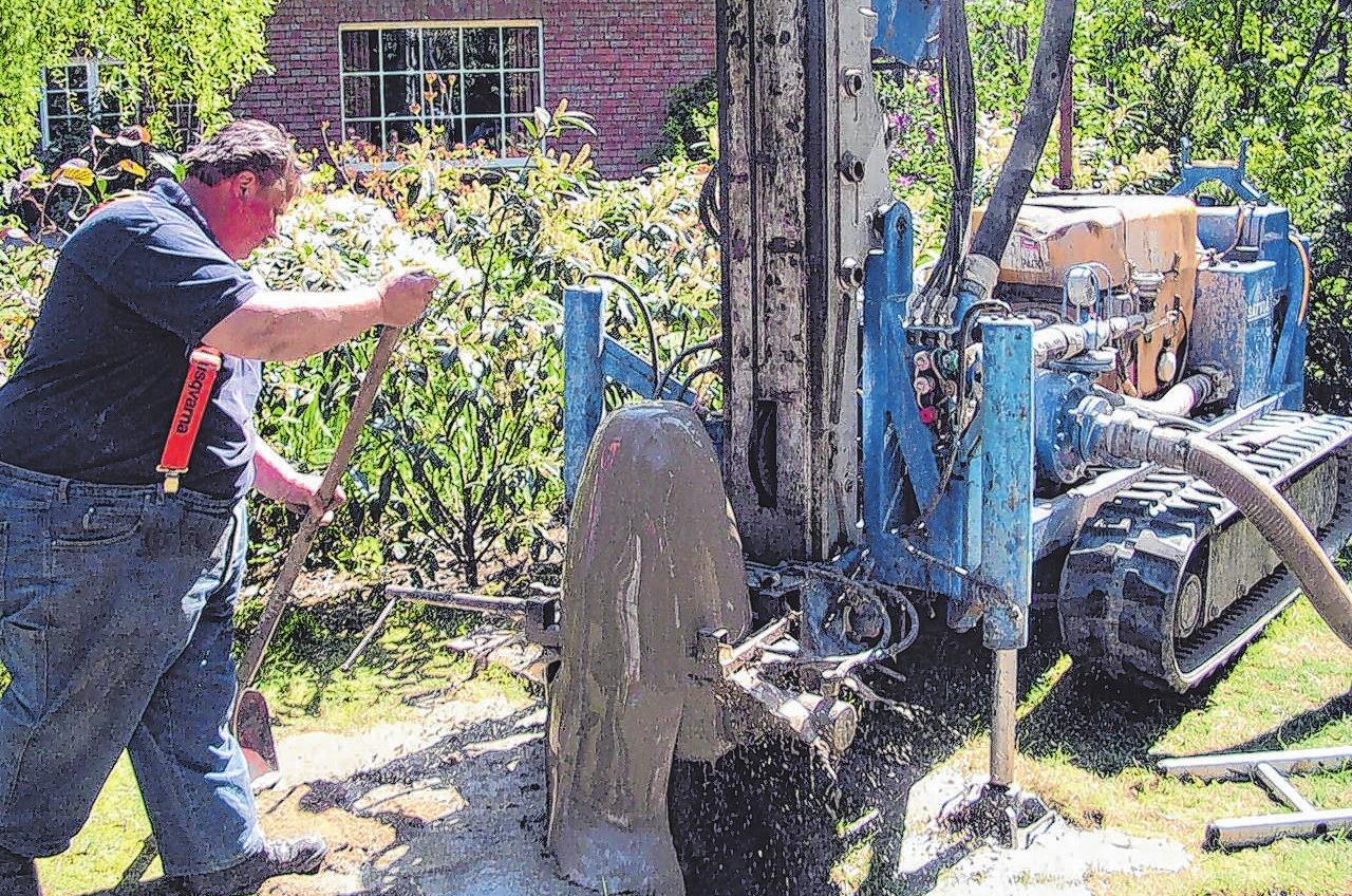 Viele private Grundstücksbesitzer lassen sich einen Brunnen bauen. Mit dem Grundwasser kann dann der Garten gegossen werden. Fotos: Brunnenbau G. Karras