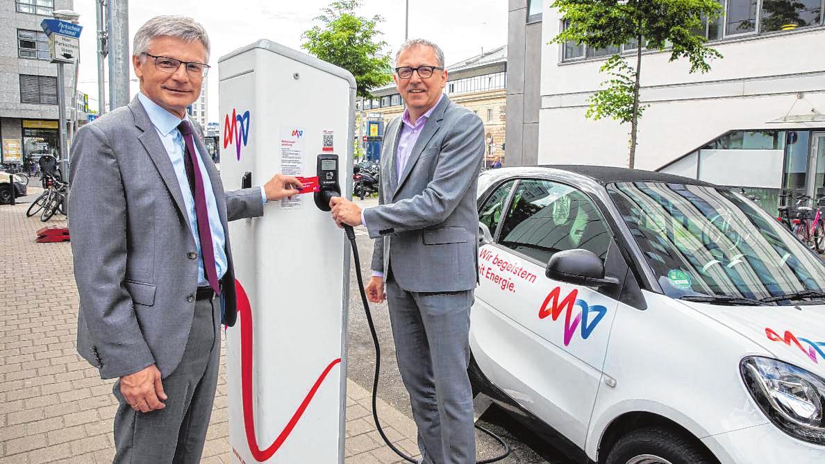 Der MVV-Vorstandsvorsitzende Georg Müller (l.) nahm gemeinsam mit Mannheims OB Peter Kurz eine Ladesäule am Mannheimer Hauptbahnhof in Betrieb. BILD: MVV