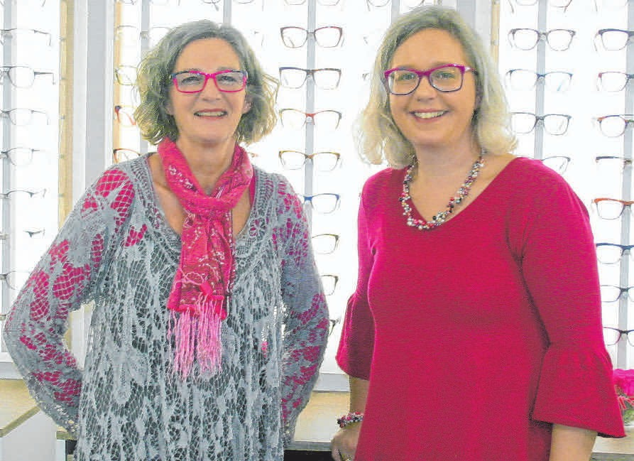 Sandra Scheel (re.) und ihre Mitarbeiterin Rita Härle im neuen Brillenfachgeschäft Waldsee Optik.