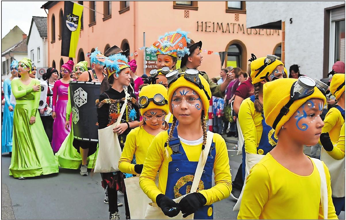 """Der Umzug 2017 in der Friedrich-Ebert-Straße: Der Karnevalverein """"Die Altrhoischnooke"""" zeigt sich karnevalistisch bunt. FOTO: BOLTE"""