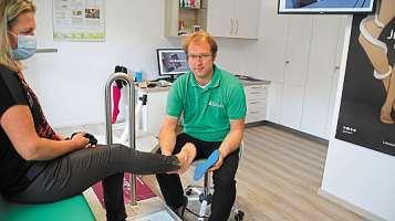 Mittels eines 2D-Scanners werden die Füße vermessen, damit die Einlagen die optimale Passform haben.