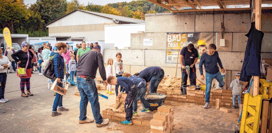 Beim Mauern können die Teilnehmer selbst Hand anlegen. FOTO: STEIDLE