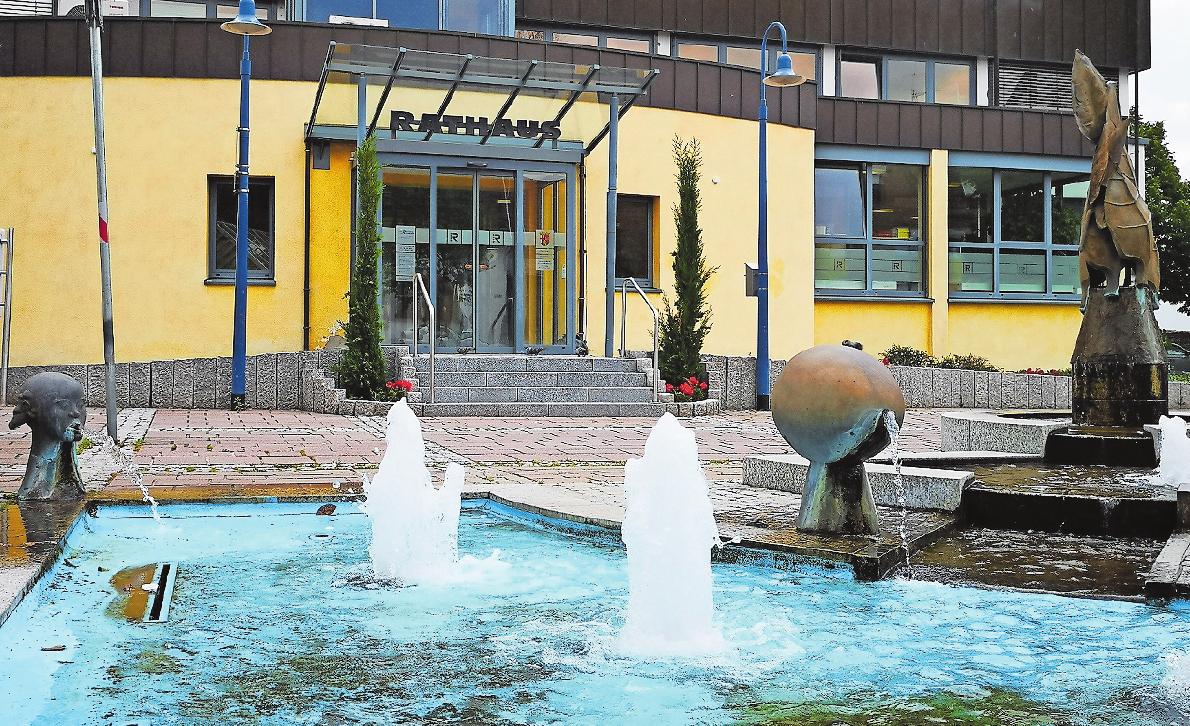 Kunst im öffentlichen Raum: In Dudenhofen fängt diese schon vor dem Rathaus an. FOTO: XSM
