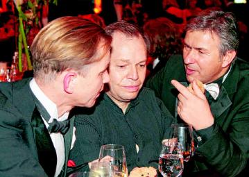 2006 In diesem Jahr wirkte Max Raabe (l.) zum zweiten Mal als Teil des Moderatoren- Teams, seit 2007 führt er allein durch das Programm. Das Foto zeigt Raabe im Gespräch mit einem der Solisten, Thomas Quasthoff (l.), und dem damaligen Regierenden Bürgermeister Klaus Wowereit. PA/ EVENTPRESS HERRMANN