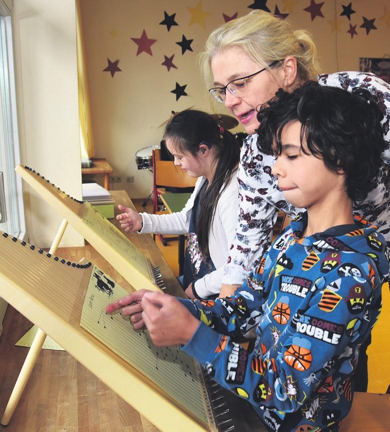 Seit knapp vier Jahren unterrichtet Silvia Lenzing die Schüler der Helen-Keller-Schule an der Veeh-Harfe Bild: Siegbert Dierke