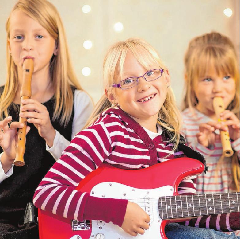 Singen und musizieren, alleine oder gemeinsam, macht nicht nur an Weihnachten Freude. Foto: Kzenon/Fotolia.com