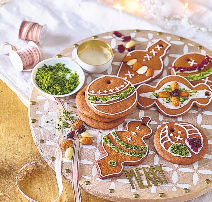 Baumschmuck einfach selbst backen: Lebkuchen verziert mit Nüssen und Früchten. Foto: djd/Herbert Kluth GmbH & Co. KG