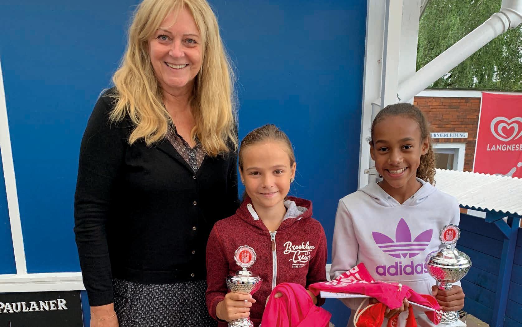 Juniorinnen U10: v.r. Michelle Geznenge (TSV Niendorf) – Sara Musinbegovic (THK Rissen) 6:3, 6:2, Jugendwartin Sigrid Rinow freut sich mit.