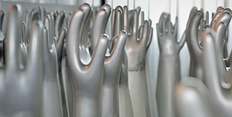 Zum Angebot gehört auch der Bereich Arbeitsschutz – zu sehen sind Formen für Handschuhe.