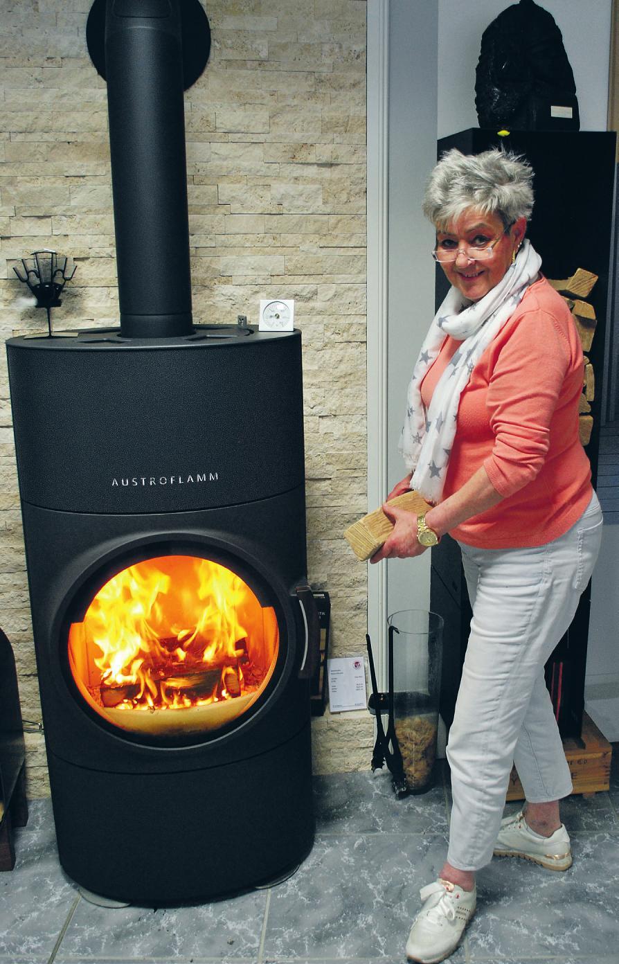 Wer diesen Austroflamm-Kaminofen bei Brose kauft, der spart die Mehrwertsteuer: Mitarbeiterin Gudrun Julian berät in Sachen Befeuerung.Fotos: Tina Jordan