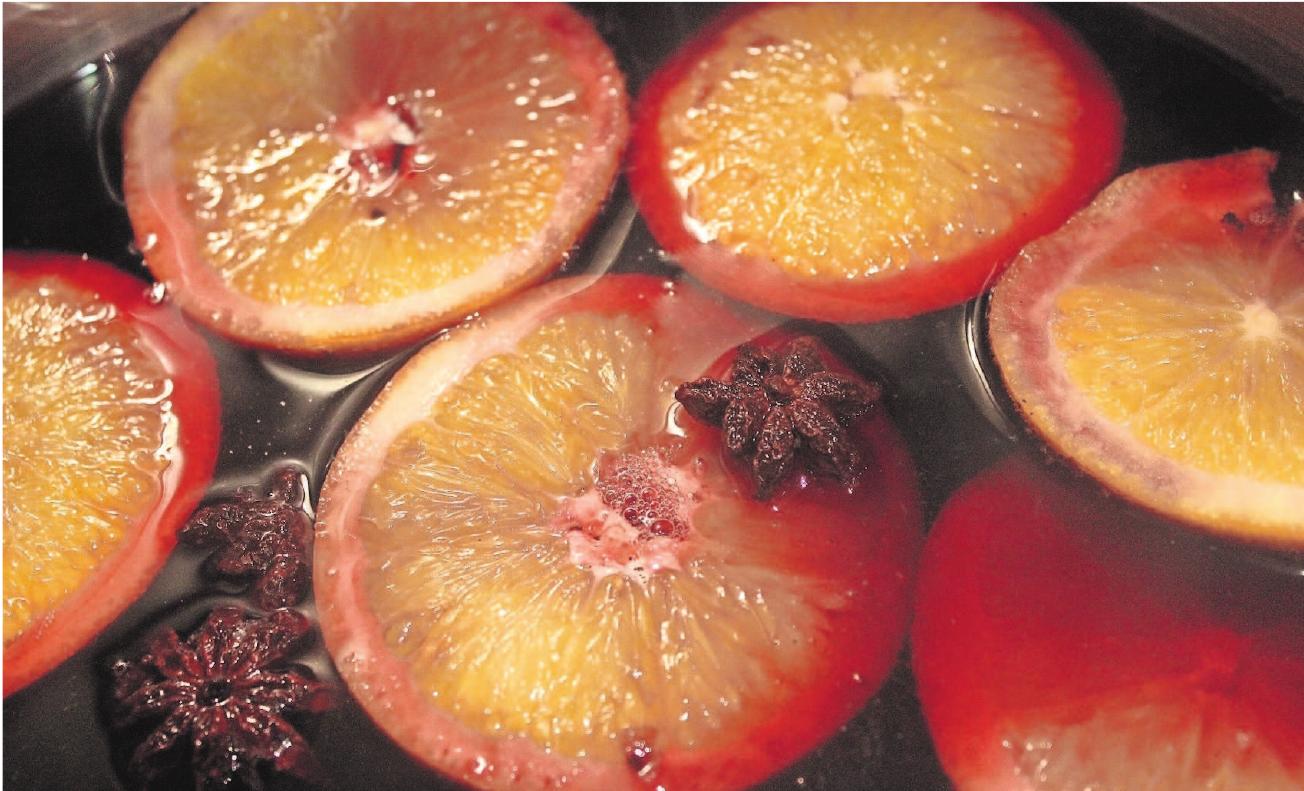 Anissterne und Orangenscheiben sind fast schon gewöhnlich im Glühwein. Spektakulärere Glühwein-Kreationen lassen sich in Hildburghausen probieren, testen und bewerten. Foto: Lemme
